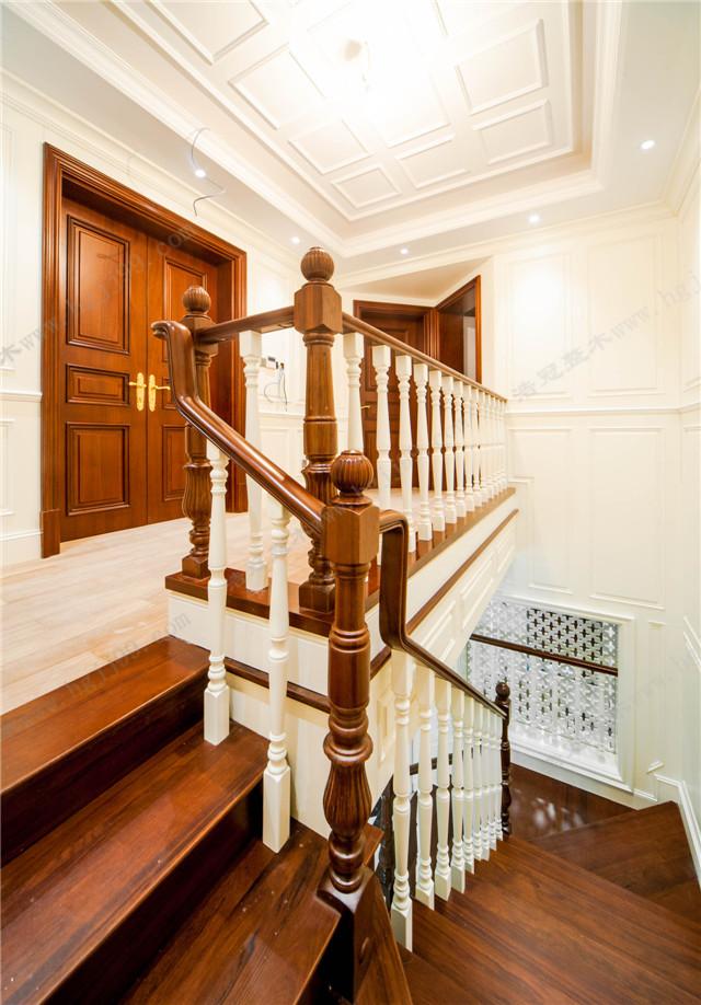 在装修设计时,要将楼梯避开厨房,厕所,朝向室外的窗户.