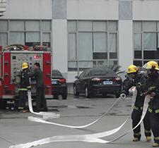 消防车取水-浩冠家具消防演习